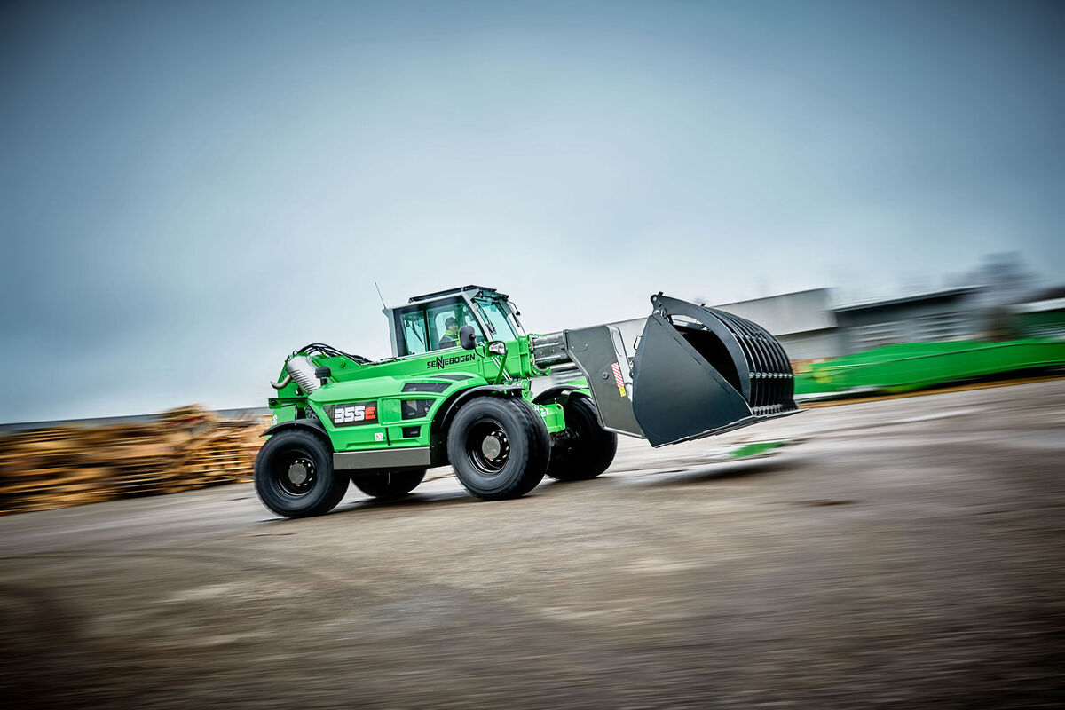 A sturdy telescopic handler for the waste recycling industry with elevating driver's cab: the SENNEBOGEN 355 E
